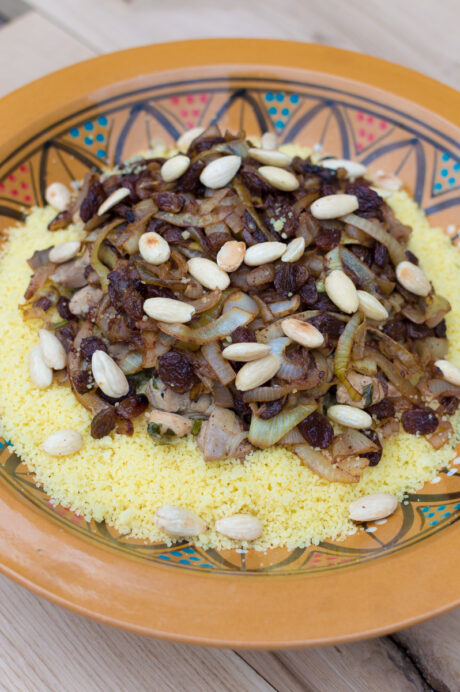 Couscous met kip, rozijnen en amandelen